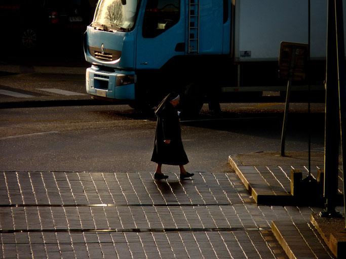 Religieuse rentrant de la gare - Brest - 2011