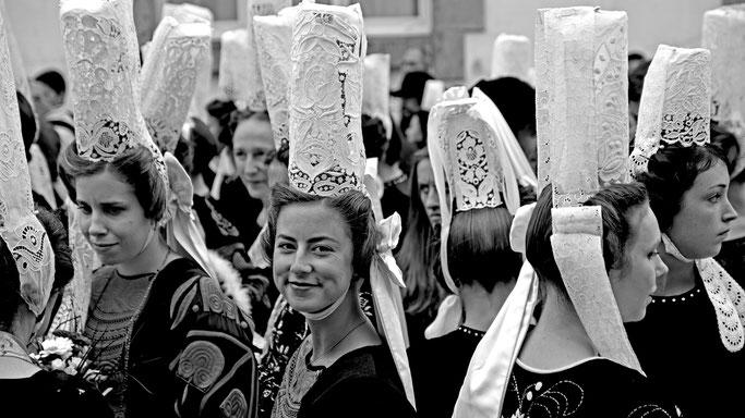 Coiffe bigoudène bigouden Bro Vigouden femme fille sourire costume traditionnel breton fête des Brodeuses Pont-l'Abbé noir et blanc Bretagne
