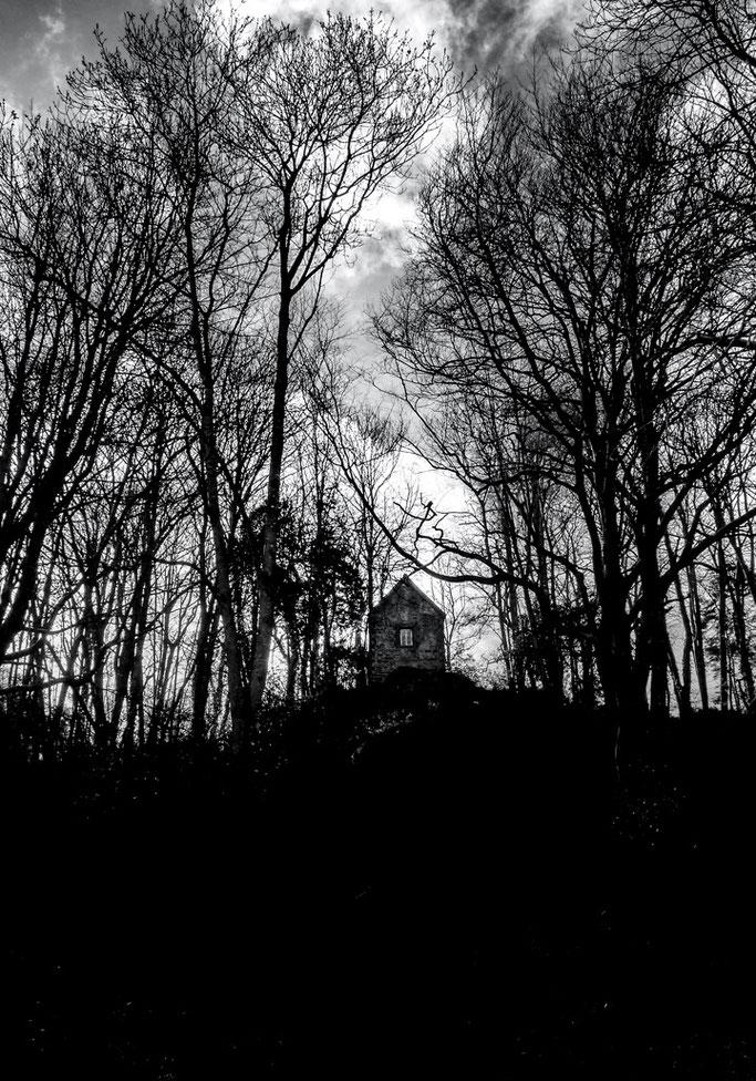 La colline roupille  En haut demeure le rêveur  Demeure suspendue