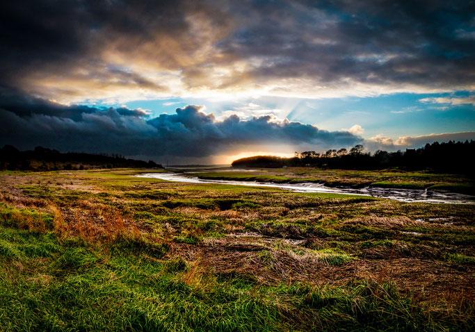 L'obscur orage  Rageant contre le couchant  Amer estuaire