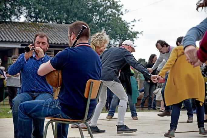 DAÑS ROUND, SONNEURS EN COUPLE DE BINIOU & BOMBARDE : TREBAOL / LE GALL