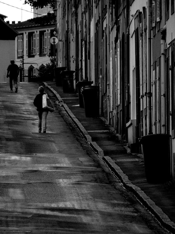 photographe brest rue recouvrance capucins pontaniou noir & blanc passants street photo photo bretagne photographie tirage d'art  artiste breton finistère 29 bzh