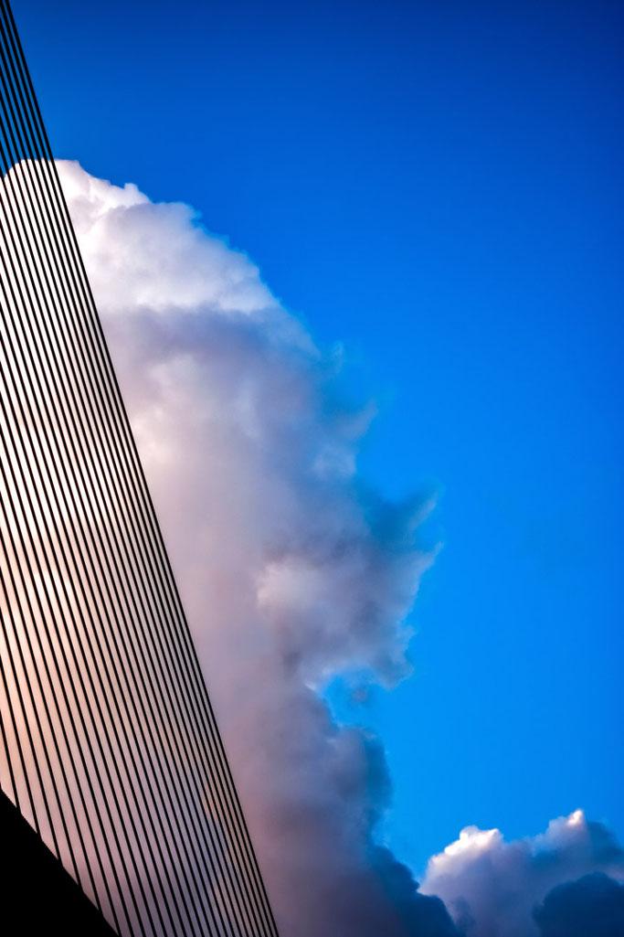 Les câbles du grand pont  Grattés par l'énorme nuage  Harpe démesurée
