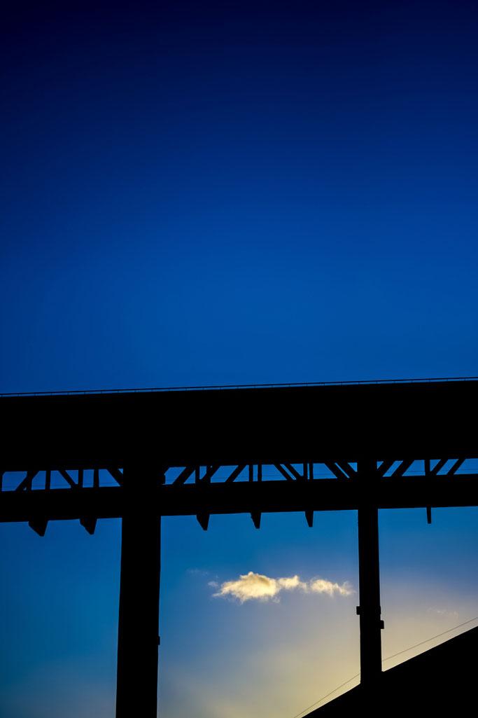 Cloîtrer les nuages  Remettre le bleu aux cieux  Éteindre le soleil