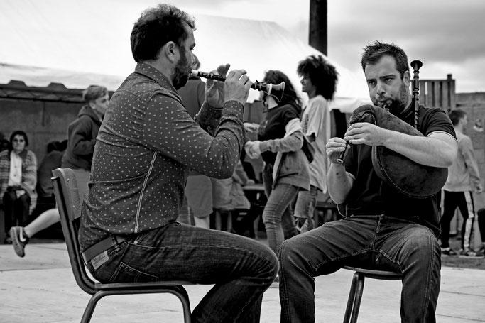 Sonneurs en couple biniou bombarde Fest Bro Pagan musique traditionnelle Bretonne gavotte danse rond
