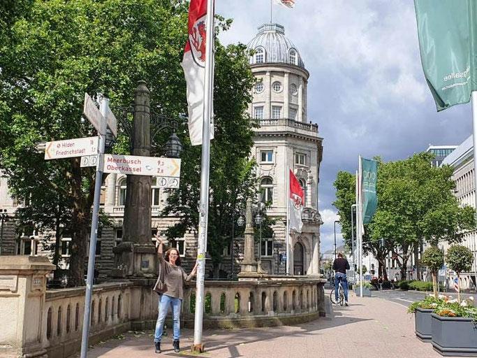 Stadtführung Düsseldorf Treffpunkt Lichtbrücke Fahnenmast