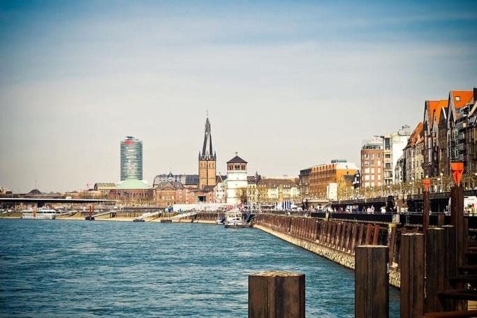Düsseldorf Rheinuferpromenade Burgturm