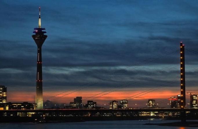 Rheinturm Düsseldorf Uhr