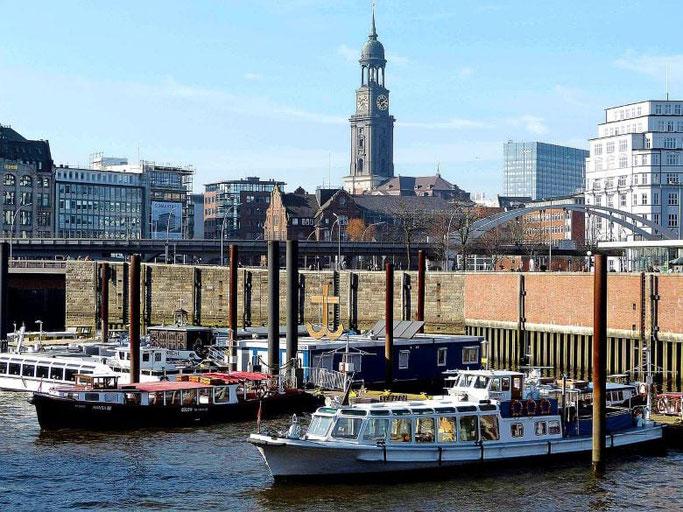 Städtereise Hamburg Sehenswürdigkeiten Michel Hafen Schiffe