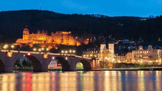 Alte Brücke und Schloss Heidelberg bei Nacht