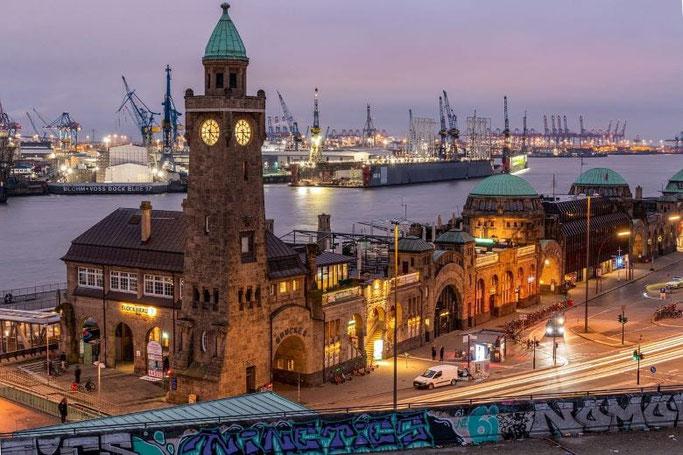 Städtereisen Deutschland Hamburg Landungsbrücken Sonnenuntergang