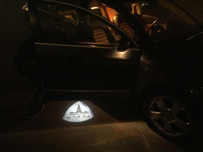 Tesla LED Logo Beamer by www.carlights.ch leuchtet aud dem Boden beim Oeffnen der Autotüre. Für Tesla Model S, bitte per email anfragen: info@carlights.ch