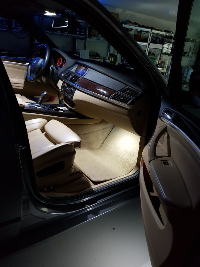LED Umbau Fussraum-Beleuchtung an einem BMW X5 E70 by carlights.ch