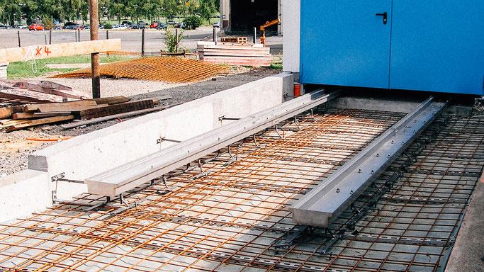 Edelstahlschienen einbetoniert in der Bodenplatte