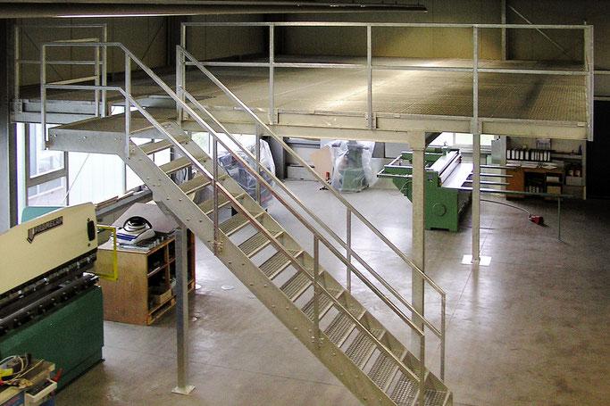 Ebene aus Stahlkonstruktion mit Gitterrost