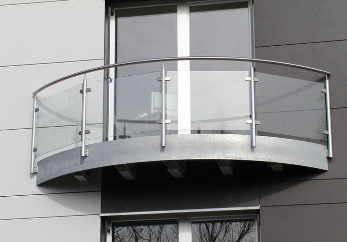 Balkongeländer aus Stahl verzinkt mit Glasfassungen und Edelstahl-Handlauf