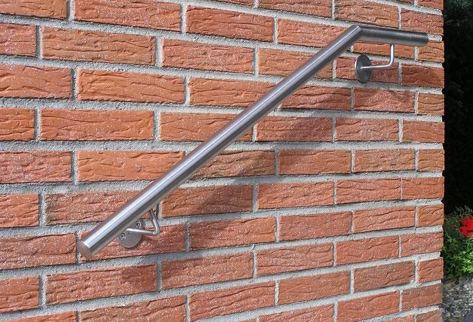 Handlauf aus Edelstahl an Wand montiert