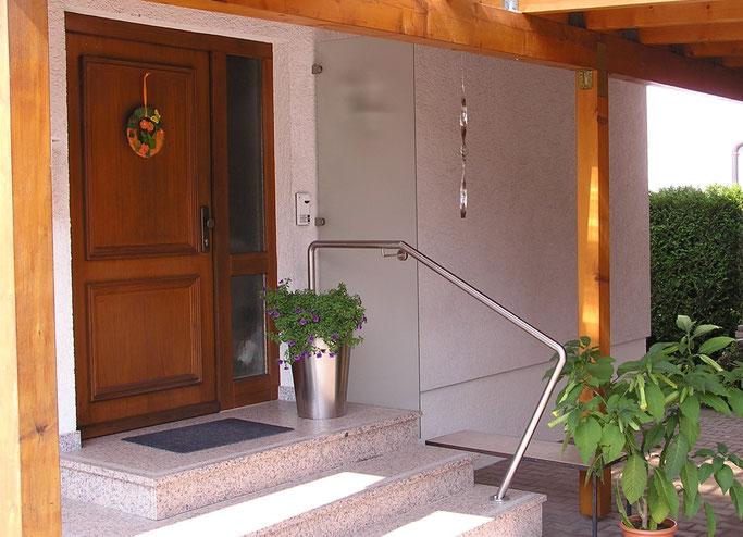 Windschutz aus Glas in Geländer aus Edelstahl integriert