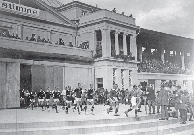 """Bildquelle: www.wikipedia.org / Buch: """"Bewegung, Kultur und Alltag im Arbeitersport"""" von Seppo Hentilä, Seite 45"""