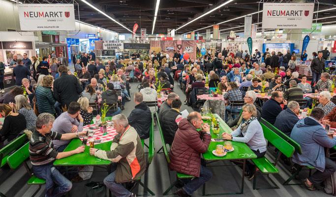 Zentraler Anlaufpunkt des Neumarkter Gemeinschaftsstandes ist der Biergarten,  Foto: David Häuser/Stadt Neumarkt