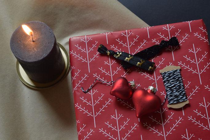 Schön verpackte Weihnachtsgeschenke und Armbänder von PURELEI.