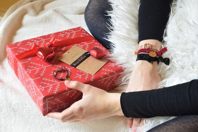 Wunderschön verpackte Weihnachtsgeschenke und PURELEI Armbänder.