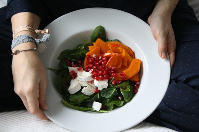 Pumpkinbowl mit Kürbis, Spinat, Ziegenkäse und Granatapfel an einem perfekten Dezembertag mit PURELEI Armbändern.