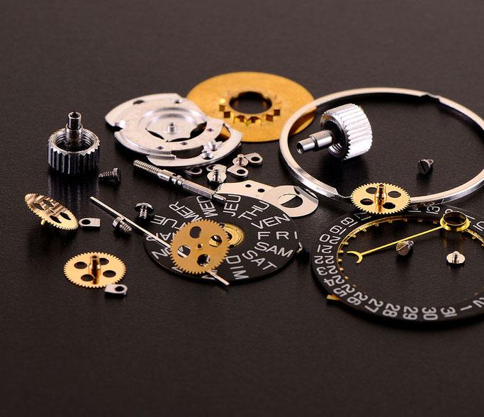 Produktfotografie Uhr - in Einzelteile zerlegt