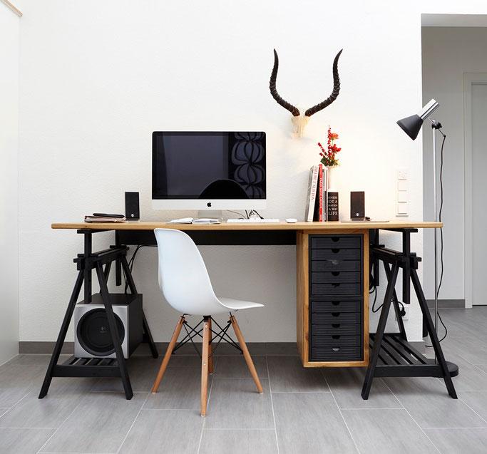 Moderner Arbeitsplatz in schwarz und Eichemassivholz