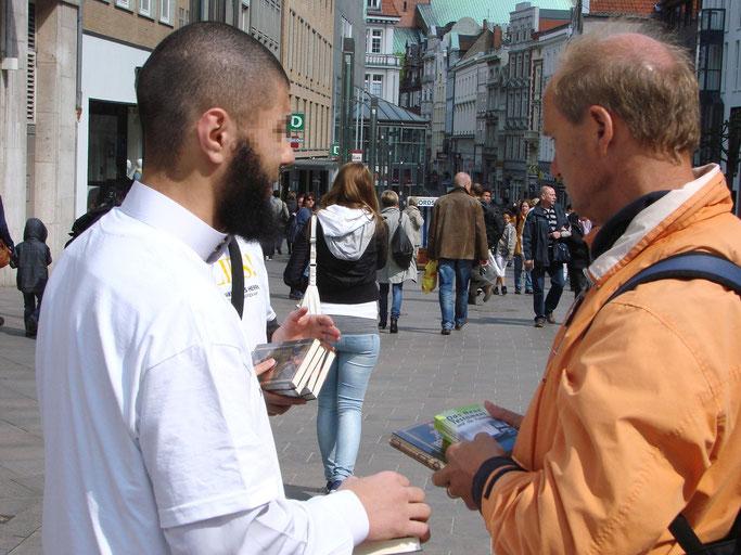 v.lks.: Ein Salafist im Gespräch mit einem Christen · Foto: (c) TBF/Holger Kröger