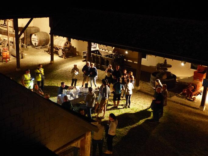 Un groupe dans la cour des pressoirs