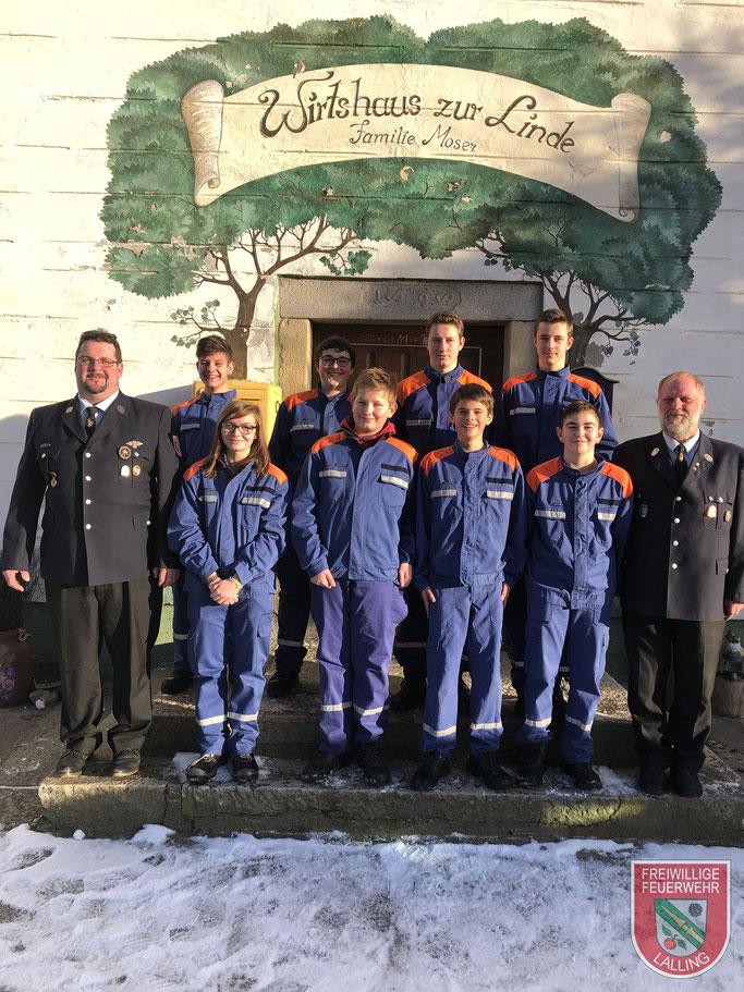 Jugendwart Thomas Wurm li. und 2. Kdt. Jan Thomsen re. mit unserer Jugendgruppe vor der wohlverdienten Brotzeit im Gasthaus Moser in Euschertsfurth