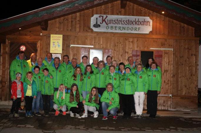 Die Oberndorfer Eisschützen in ihren neuen Clubjacken