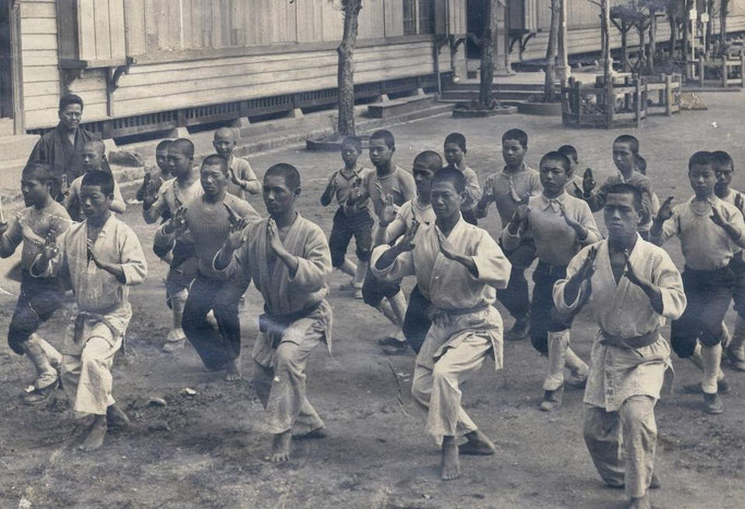 Miyagi traint hier een klas de kata 'Seienchin', 1929.