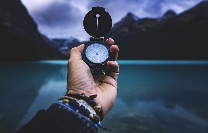 Kompass vor See und Berge