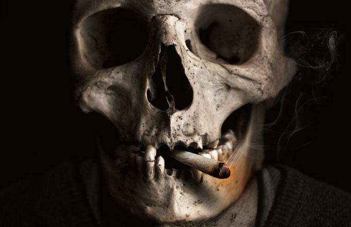 Zigarette in einem Totenschädel