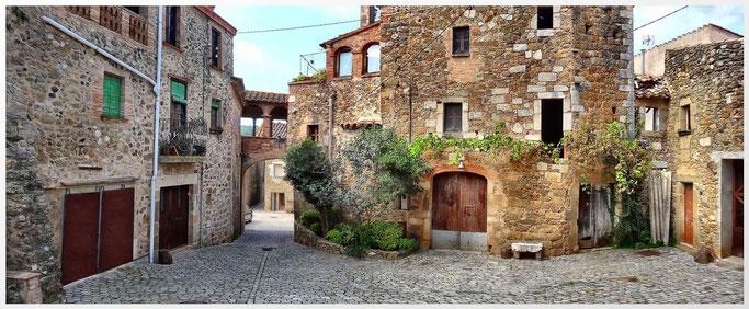 Ortskern von Púbol. Spanien - Spain - Gerona -Girona Dalí Schloss