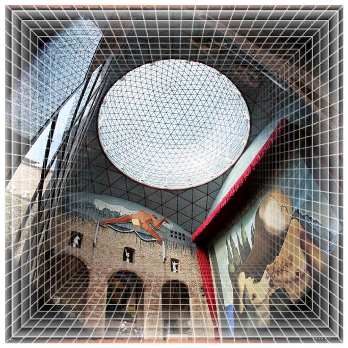 Grosse Halle mit Glaskuppel und dem Grab von Salvador Dalí.