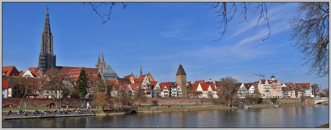 > Zum vergrössern bitte ins Bild klicken <  Münster, Bibliothekspyramide, Rathaus, Metzgerturm, Stadtmauer und Donau von Neu-Ulm aus gesehen.