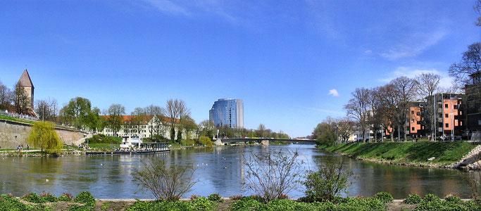 > Zum vergrössern bitte ins Bild klicken < Links Gänstor, mitte Maritim Hotel, rechts Neu-Ulm (Bayern)