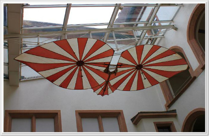 Das Objekt hängt im Innenhof des Ulmer Rathauses.