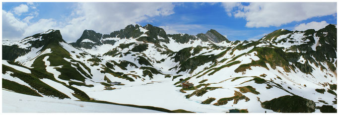 Zürser See mit Schnee bedeckt. Im Hintergrund die untere Wildgrubenspitze.