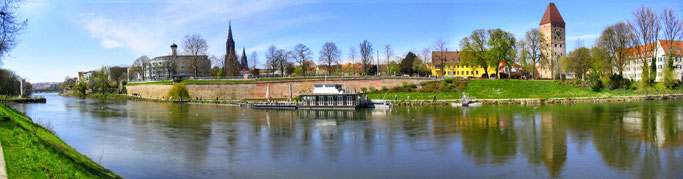 > Zum vergrössern bitte ins Bild klicken <  Donauufer mit Blick auf das Münster, Donaubastion und Gänstor