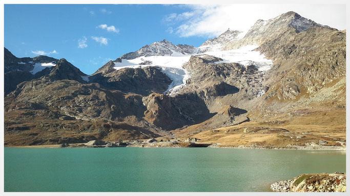 Lago Bianco in der Region Bernina. In der Mitte Sassal Mason und rechts Piz Cambrena (3602m)