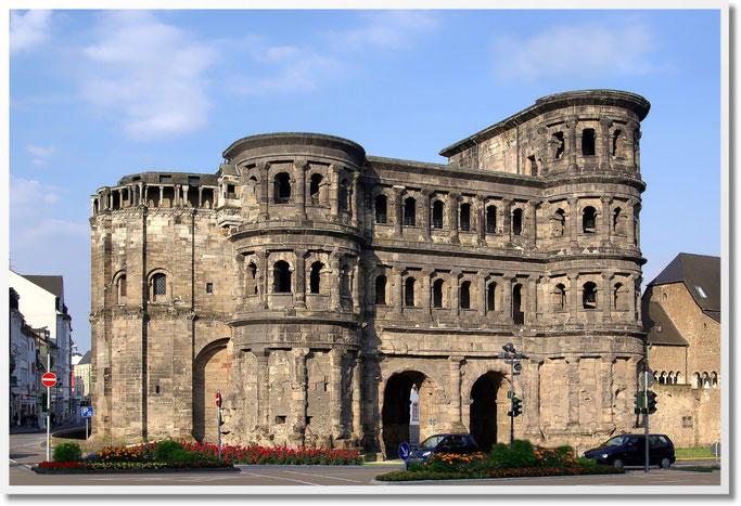 """Die Porta Nigra (lateinisch für """"Schwarzes Tor"""") ist ein ab 170 n. Chr. errichtetes früheres römisches Stadttor am Porta-Nigra-Platz und Wahrzeichen der Stadt Trier."""