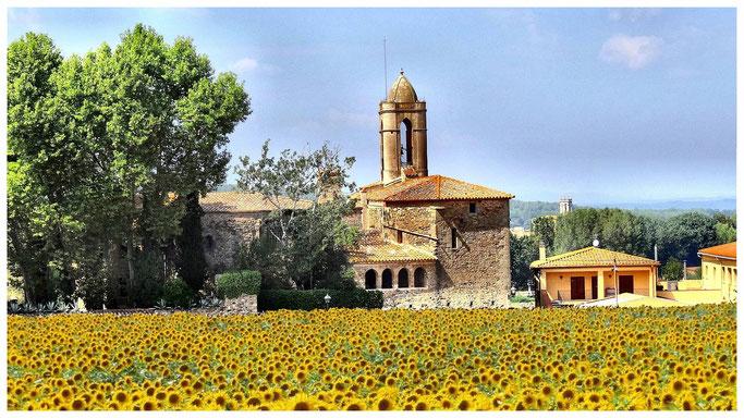 Das Schloss von Púbol mit angebauter Kirche.