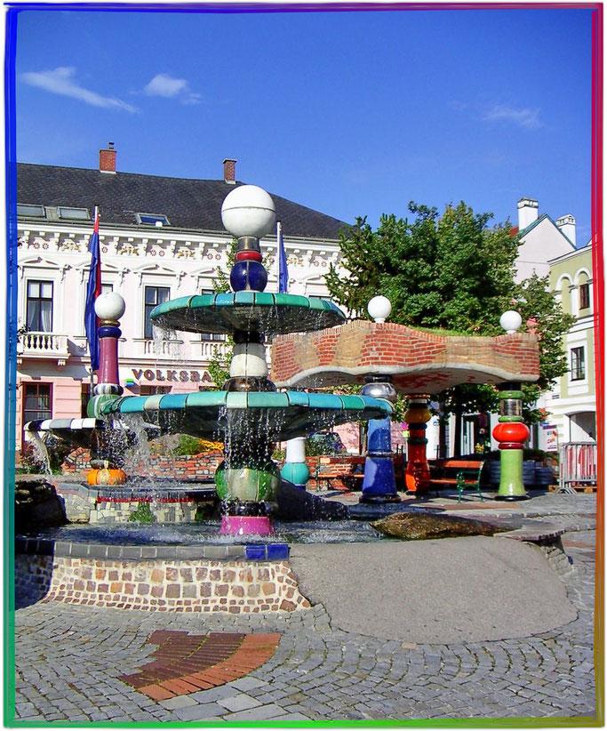 Der Hundertwasserbrunnen am Hauptplatz von Zwettl in Österreich