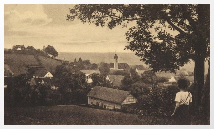 Buch in Schwaben um 1920. Blick auf den Schloßberg und die katholische Pfarrkirche St. Valentin