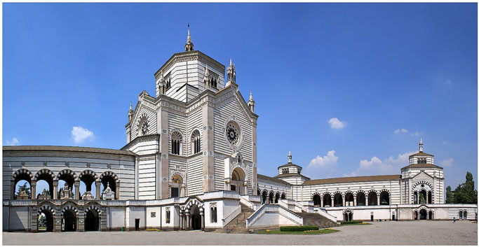 Das Eingangsgebäude (Pantheon) setzt sich aus dem Famedio und den zwei von ihm abgehenden Galeriearmen zusammen. In beiden Armen befinden sich sowohl Gallerie superiori als auch Gallerie inferiori.