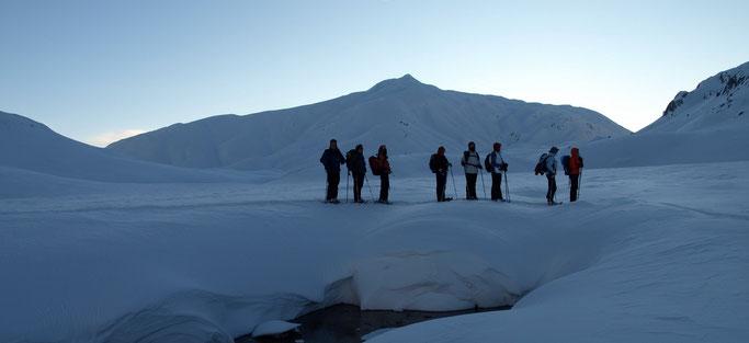 Winterliche Abenddämmerung auf der Greina-Ebene, wir sind bald bei der Hütte.